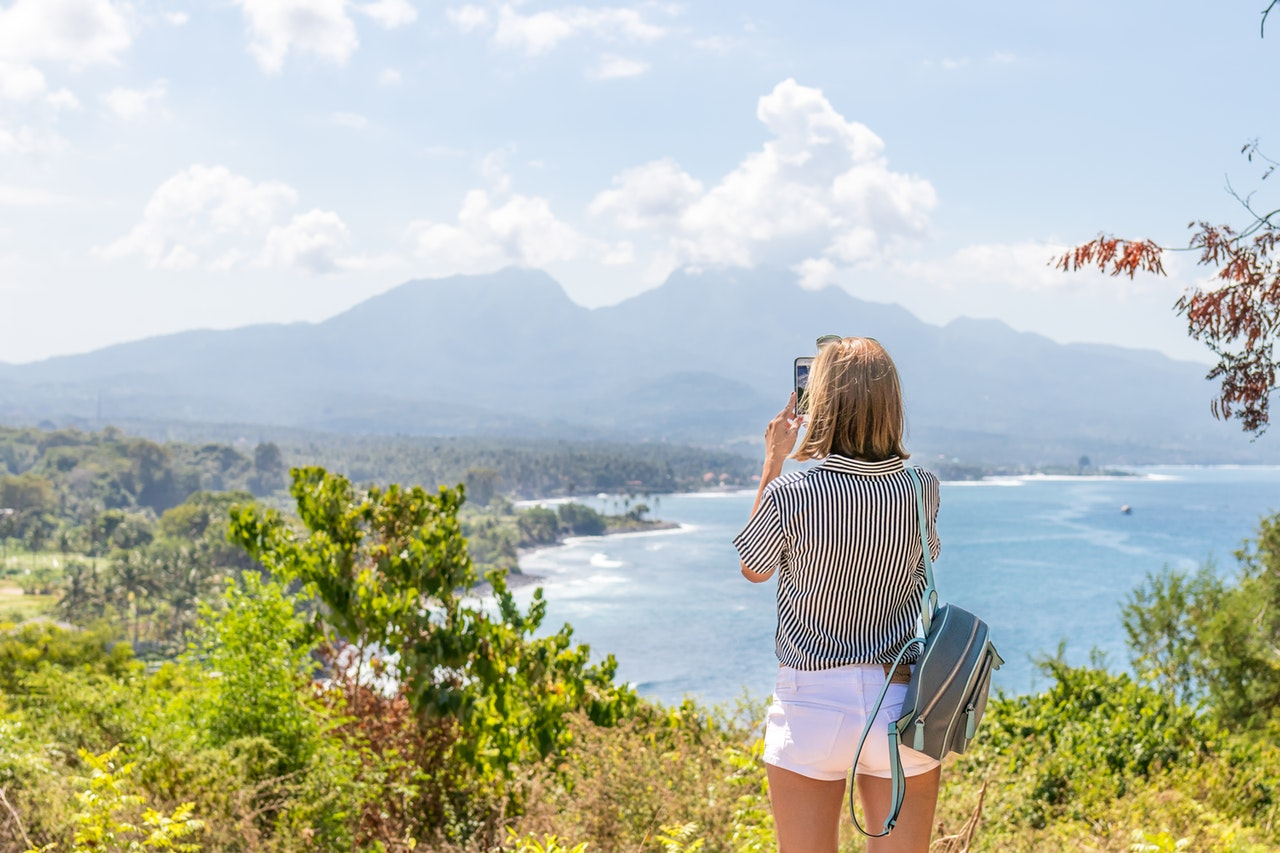 旅行をする女性のイメージ